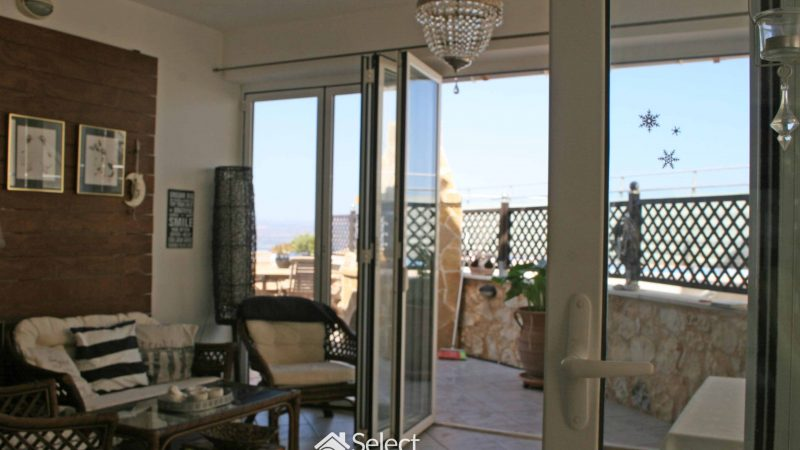 A key-ready, 121sqm villa, in a complex, is up for sale in Plaka, Apokoronas. The total area of the plot is 270sqm and has a shared pool as well as a garden